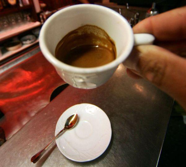 una tazza di caffe espresso